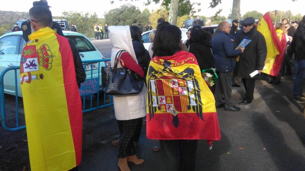 Algunas de las personas que se han desplazado hasta Mingorrubio para contemplar la llegada de los restos de Francisco Franco