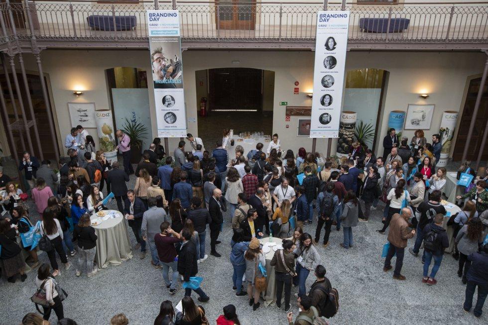 El público llena el patio del Palacio de Congresos de Cádiz durante el coffee-break de la jornada de la mañana