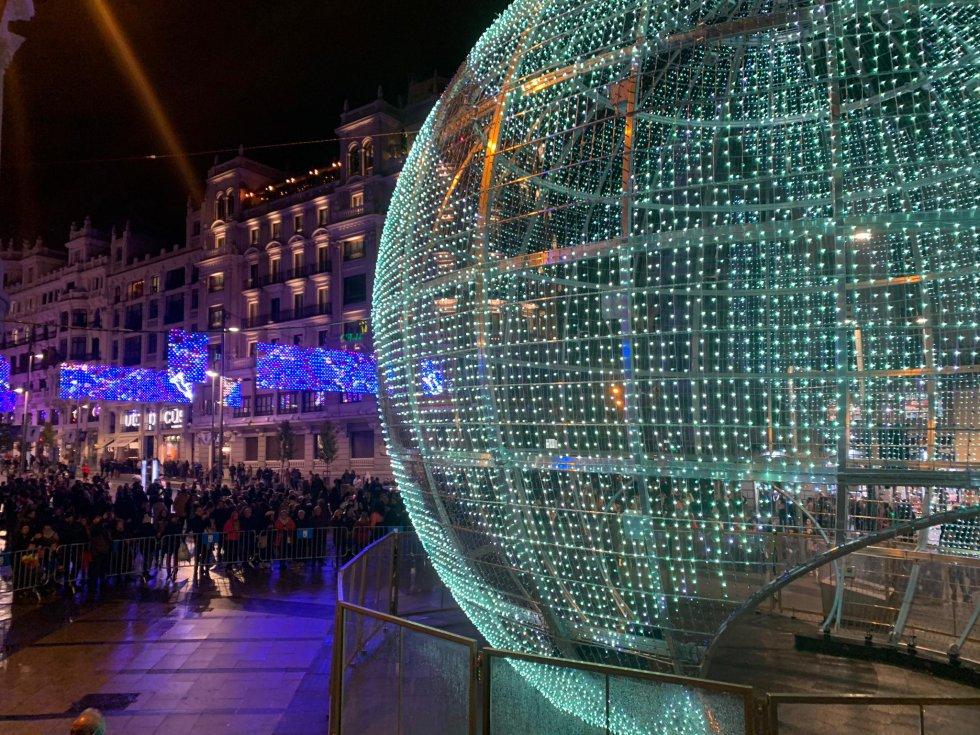 La gran bola se encuentra en la confluencia entre la Gran Vía y la calle Alcalá