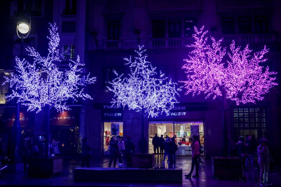 Una calle del centro de Madrid con las luces de navidad tras su encendido, en Madrid a 22 de noviembre de 2019