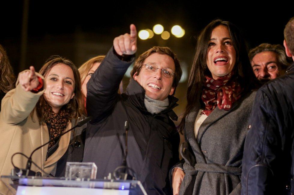 La delegada del Área de Cultura, Turismo y Deporte, Andrea Levy; el alcalde de Madrid, José Luis Martínez-Almeida; y la vicealcaldesa, Begoña Villacís, durante el encendido de las luces de Navidad, en Madrid a 22 de noviembre de 2019.