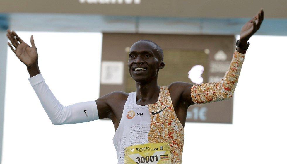 El atleta ugandés Joshua Cheptegei ha batido el récord del mundo de 10K, con un tiempo oficioso de 26:38 minutos