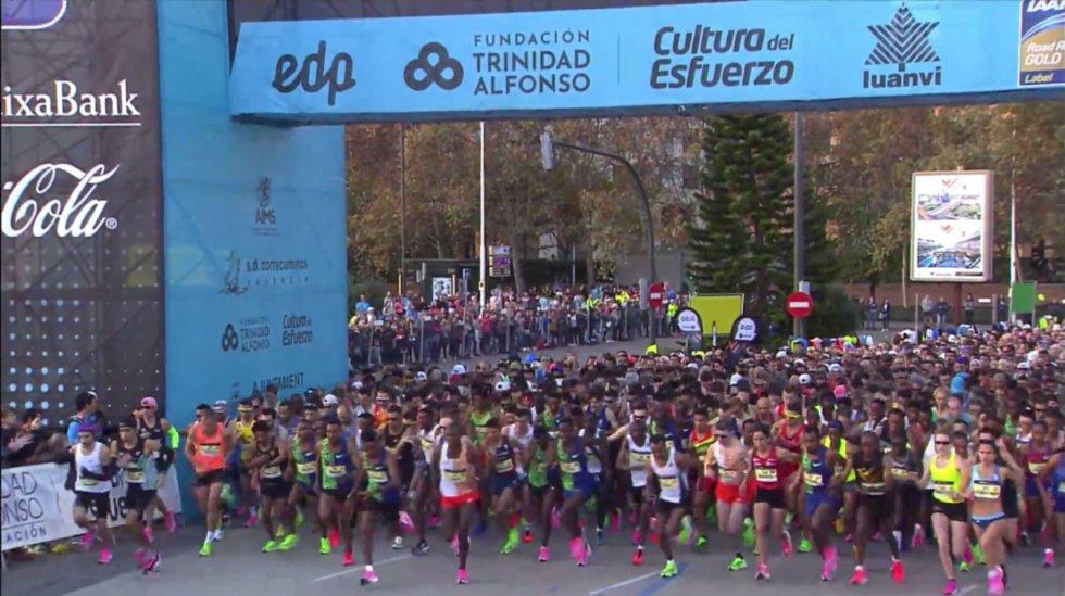 A las ocho y media en punto han salido los primeros corredores de la 42K desde la Ciudad de las Artes y las Ciencias de València