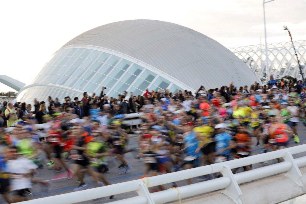 Los 25.000 corredores inscritos en la edición número 39 del Maratón Valencia Trinidad Alfonso, a su paso por el Oceanogràfic