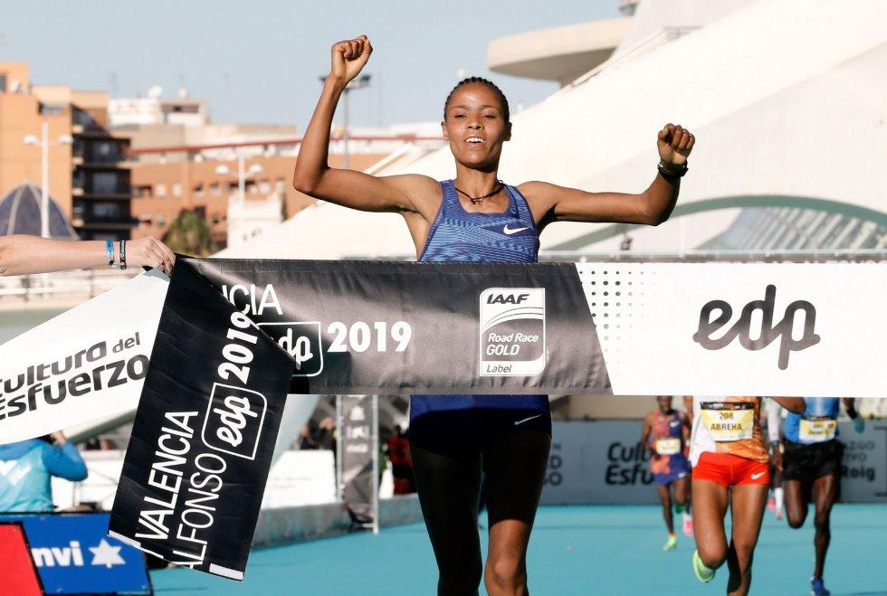 La corredora etíope Roza Dereje se ha impuesto en la 39 edición del Maratón de Valencia Trinidad Alfonso-EDP batiendo el récord de la prueba con un tiempo oficioso de 2:18:30 horas
