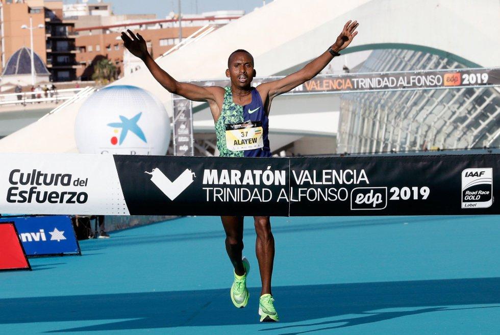 El corredor etíope Kinde Atanaw Alayew han sido el vencedor de la 39 edición del Maratón de Valencia Fundación Trinidad Alfonso-EDP, en su debut en la distancia, al imponerse con un tiempo oficioso de 2:03:53 horas, que ha supuesto rebajar el tiempo de la prueba valenciana que era de 2.04:31