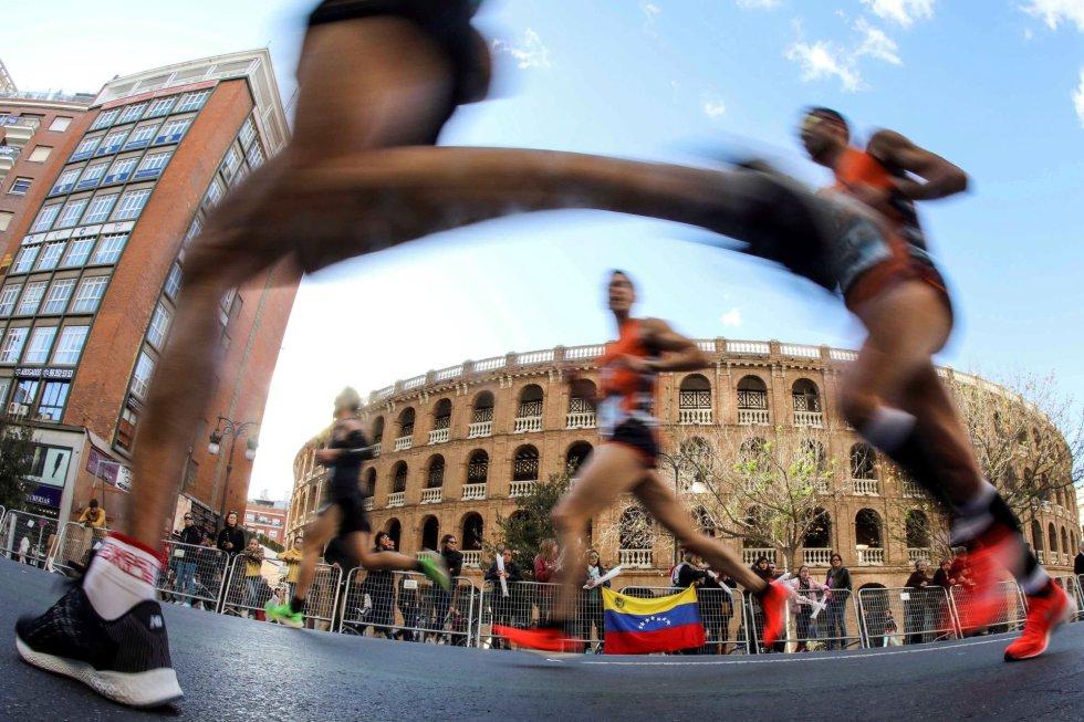 Los corredores participantes en la edición número 39 del Maratón Valencia Trinidad Alfonso, a su paso por la Plaza de Toros