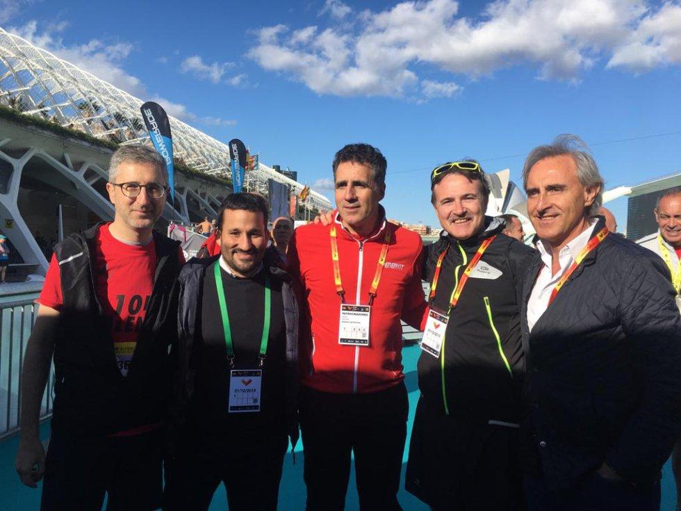 Los consellers Vicent Marzà y Arcadi España y el concejal Giuseppe Grezzi se han fotografiado con Miguel Induráin en la meta de la 10K de València