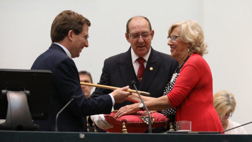 15 de junio. La exalcaldesa de Madrid, Manuela Carmena, entrega el bastón de mando de la ciudad a José Luis Martínez-Almeida, tras las elecciones municipales del 26 de mayo.