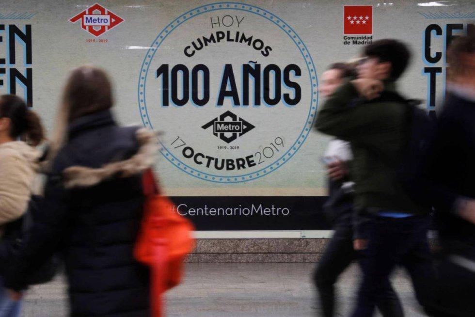 17 de octubre. Día del centenario de Metro de Madrid que se celebró en la ciudad con carteles conmemorativos y diferentes actos.