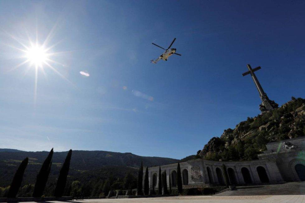 24 de octubre. Un helicóptero modelo Puma del Ala 48 transporta los restos de Francisco Franco tras su exhumación del Valle de los Caídos y dirección al cementerio de El Pardo.
