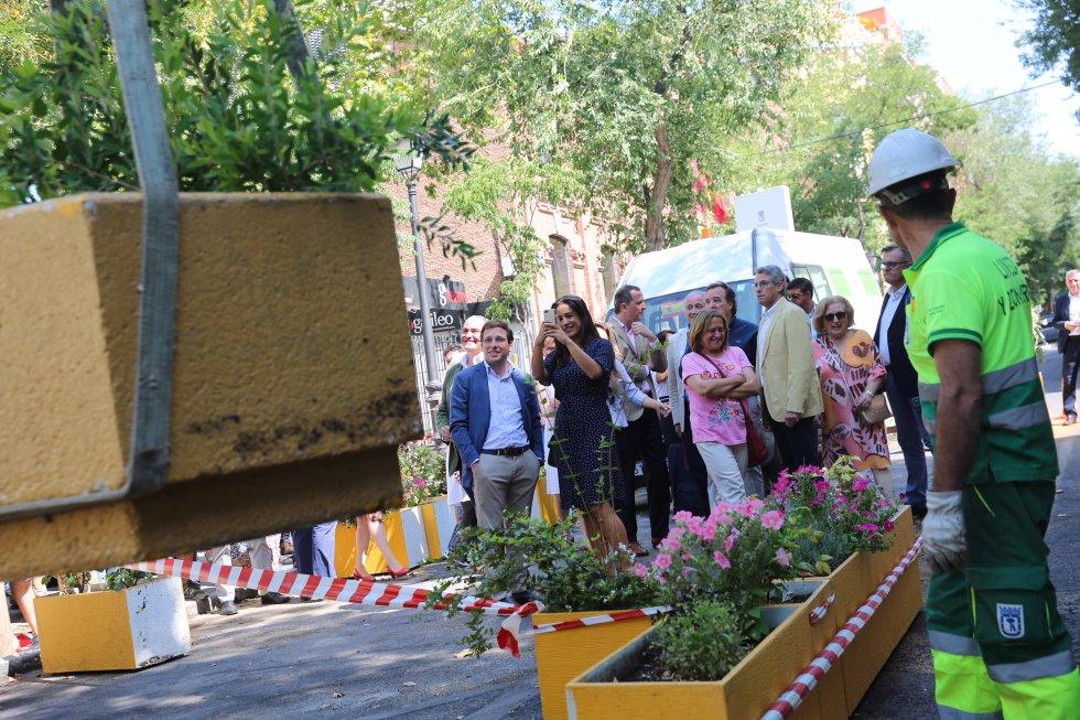 2 de julio. El alcalde de Madrid, José Luis Martínez-Almeida, y la vicealcaldesa, Begoña Villacís, retiran macetas de la calle Galileo para su despeatonalización. El reversión de Madrid Central fue una de las principales promesas electorales de Almeida.