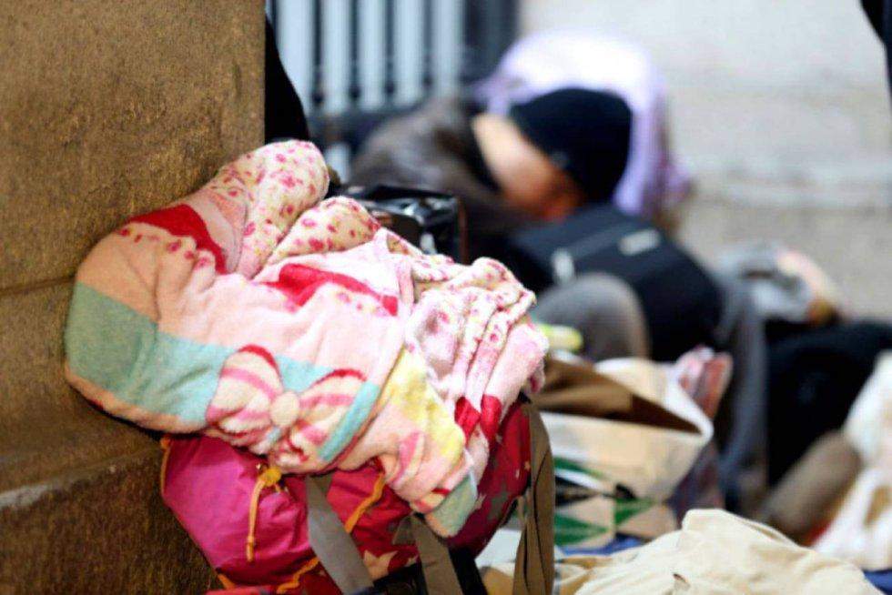 Noviembre. Personas solicitantes de asilo pasan la noche frente a las verjas del edificio de Samur Social. Este otoño la llegada de migrantes ha puesto a prueba la capacidad de los servicios municipales para acoger a gente en esta situación.