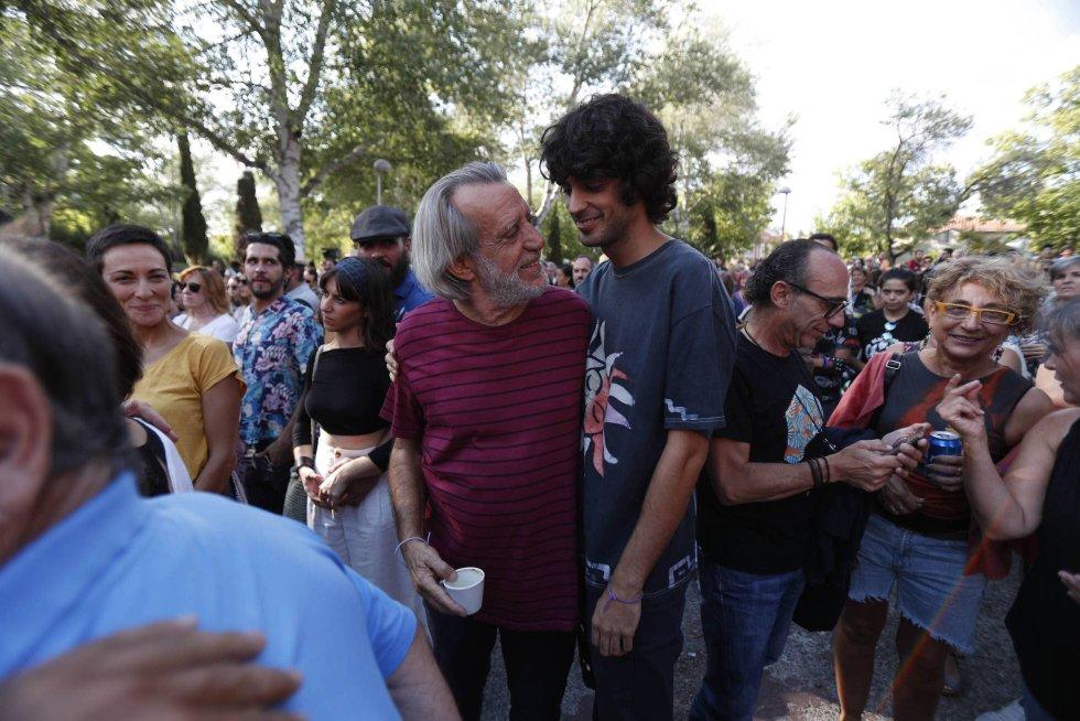 8 de septiembre. Luis Pastor y su hijo Pedro acuden a un concierto protesta después de que el Ayuntamiento de Madrid cancelara una actuación del cantautor hijo en Aravaca.