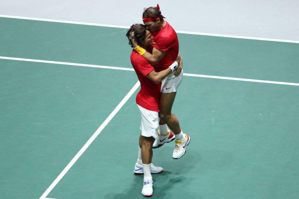 24 de noviembre. Rafa Nadal abraza a Feliciano López tras la victoria de la selección española en la Copa Davis celebrada en Madrid.