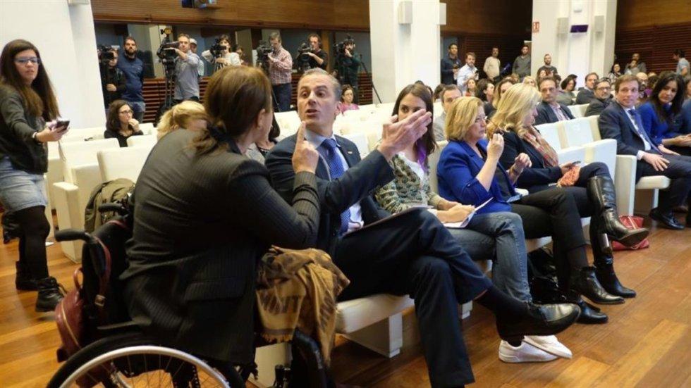 25 de noviembre. Nadia Otmani, en silla de ruedas por defender a su hermana de la agresión de su marido, reprende al portavoz de Vox en el Ayuntamiento de Madrid, Javier Ortega Smith, por su intervención durante el día mundial contra la violencia de género.