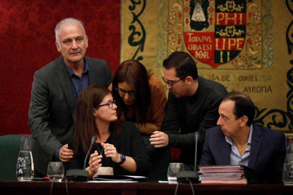 20 de octubre. Los compañeros de partido de la alcaldesa de Móstoles, la socialista Noelia Posse, se acercan a consolarla después de que el resto de grupos de la cámara votara a favor de su reprobación por distintos casos de nepotismo.