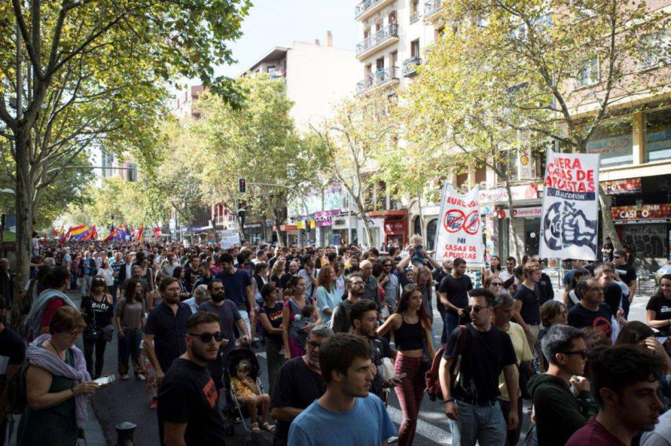 6 de octubre. Miles de personas participan en una manifestación para denunciar la proliferación de las casas de juego en la calle Bravo Murillo.