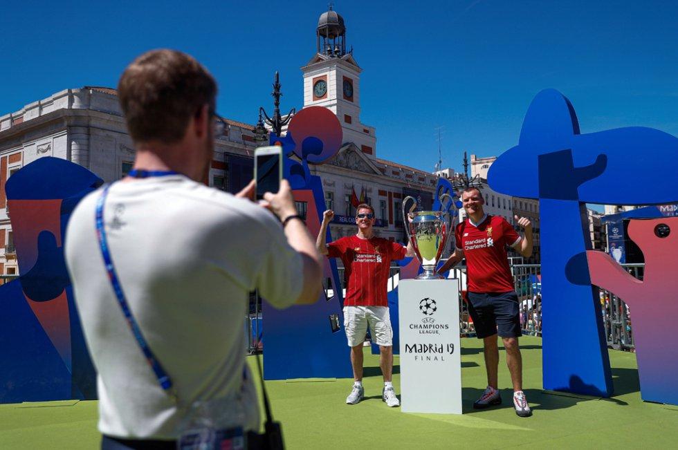 30 de mayo. Aficionados del Liverpool se fotografían con una réplica del trofeo de la Champions League en la Puerta del Sol. La final de esta competición europea se jugó en el estadio Wanda Metropolitano.