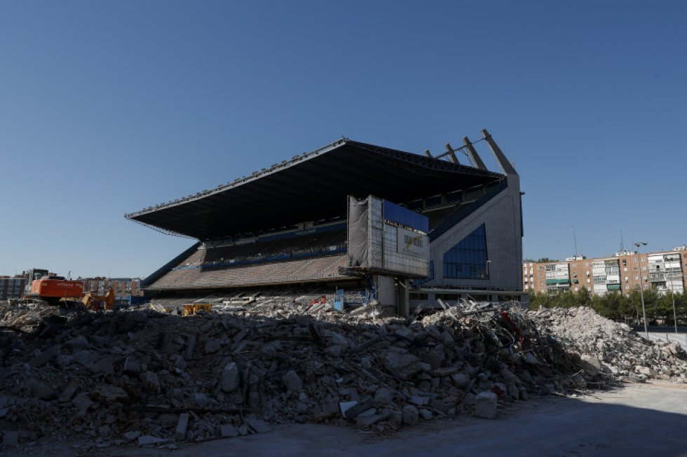 11 de noviembre. La grada del estadio Vicente Calderón en pie durante las obras de demolición del que fuera campo del Atlético de Madrid. El derribo del estadio forma parte del proyecto urbanístico Operación Mahou-Calderón.