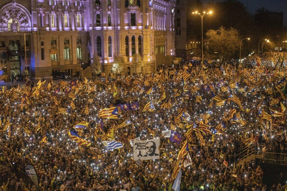 16 de marzo. Miles de personas se manifiestan en la plaza de Cibeles en protesta contra el juicio a los líderes del Procés independentista.