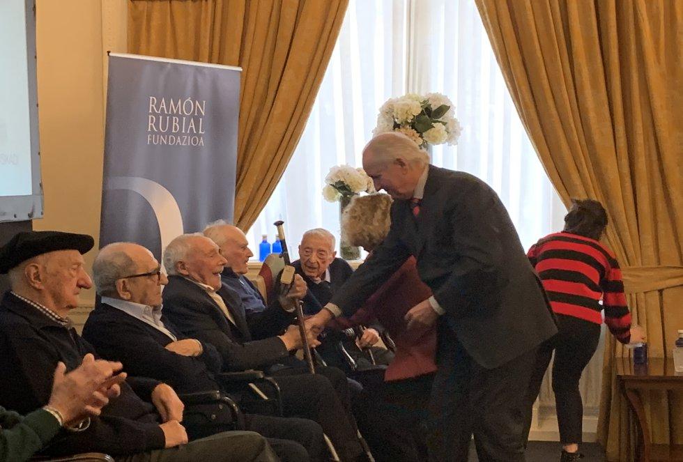 Juan Mari Atutxa entrega la makilla de homenaje a Gregorio Urionaguena
