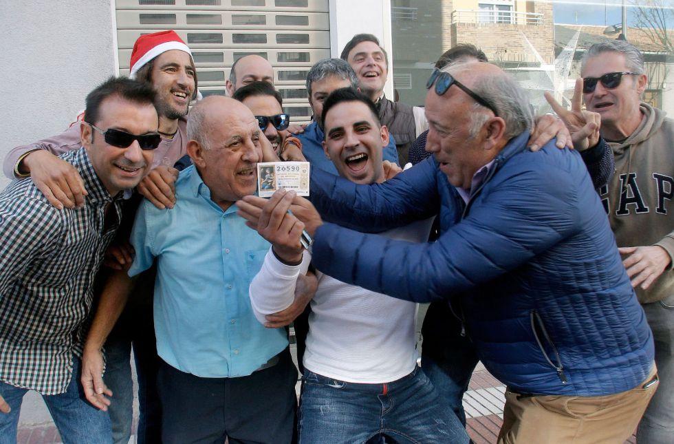 Varios clientes del restaurante Pepe, de San Vicente del Raspeig (Alicante) celebran el 26590, agraciado con el Gordo de la lotería de navidad