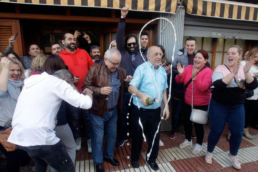 Varios clientes del restaurante Pepe, de San Vicente del Raspeig (Alicante) celebran con cava el 26590 agraciado con el Gordo de la lotería de navidad. EFE/ Morell