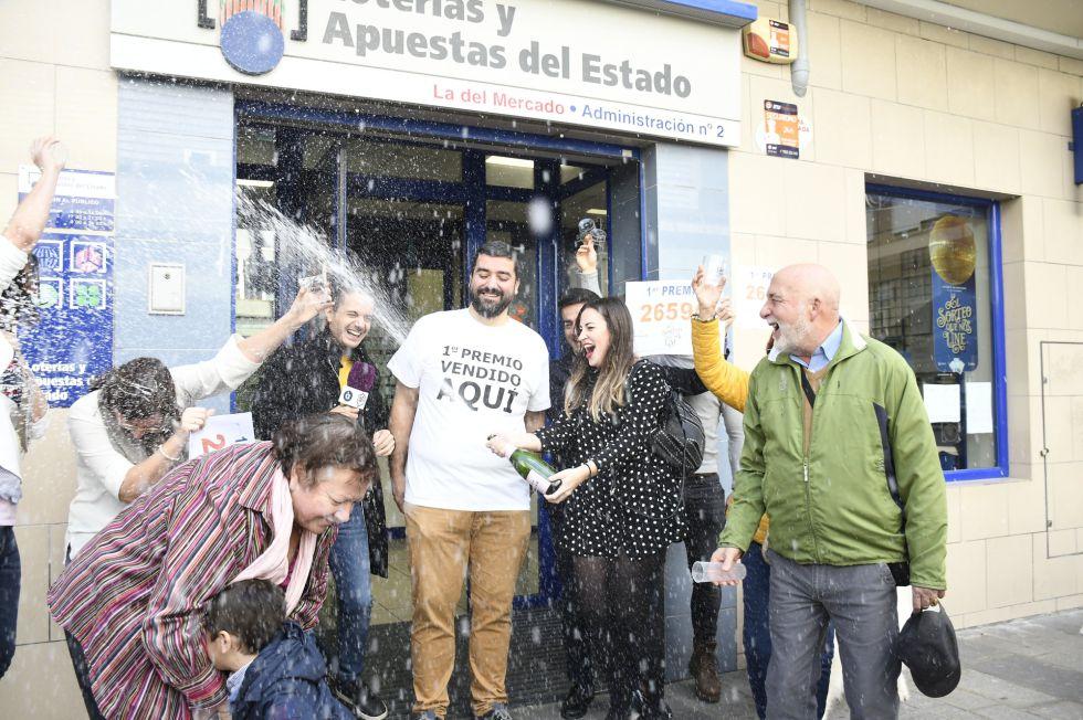 Los dueños del estableciento de lotería de San Vicente del Respig, donde ha tocado el 'El Gordo de la Lotería' con el nº 26.590, celebran que se haya vendido en su establecimiento, en San Vicente del Respig / Alicante (España), a 22 de diciembre de 2019.  22 diciembre 2019 GORDO, LOTERÍA, LOTERÍA DE NAVIDAD, PRIMER PREMIO  Sonia Arcos / Europa Press  22/12/2019