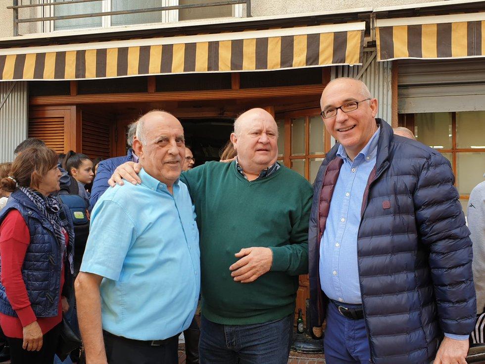 Basilio Flores, propietario del Restaurante Pepe, junto a un cliente y al alcalde de San Vicente, Jesús Villar