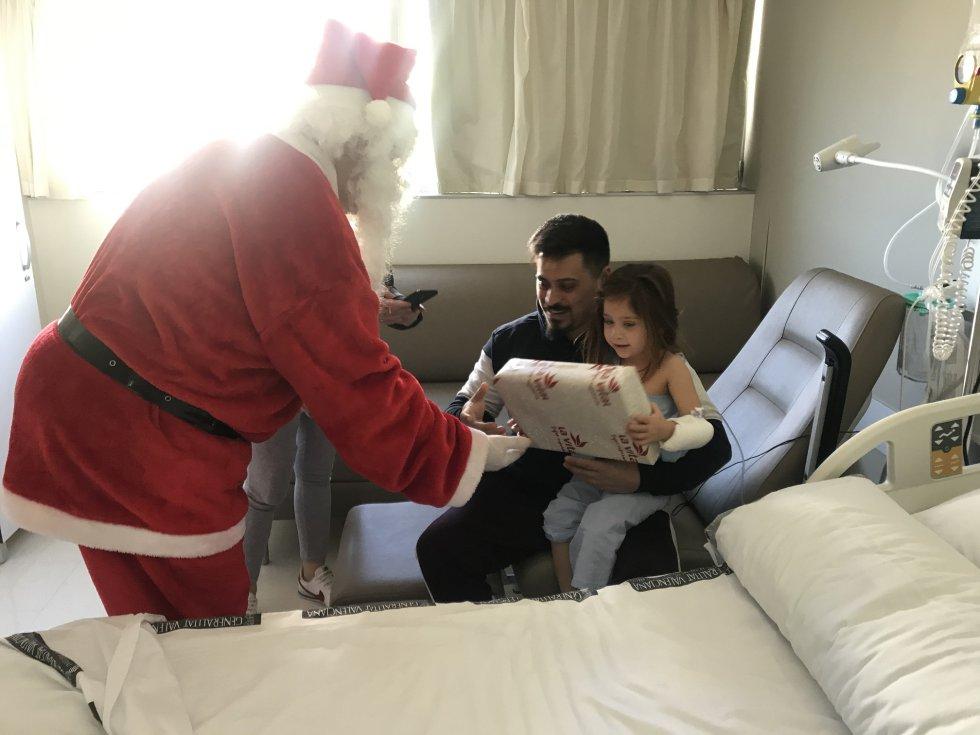 Entrega de regalos entre los niñis ingresados en el hospital