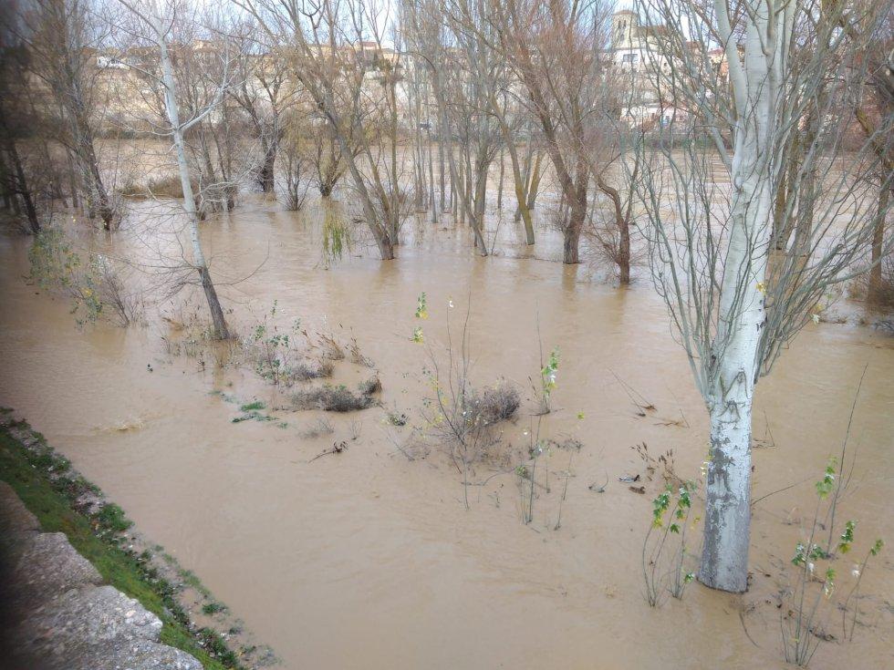 Paseo anegado en la márgen izquierda del Duero, a la altura de la Avenida del Nazareno