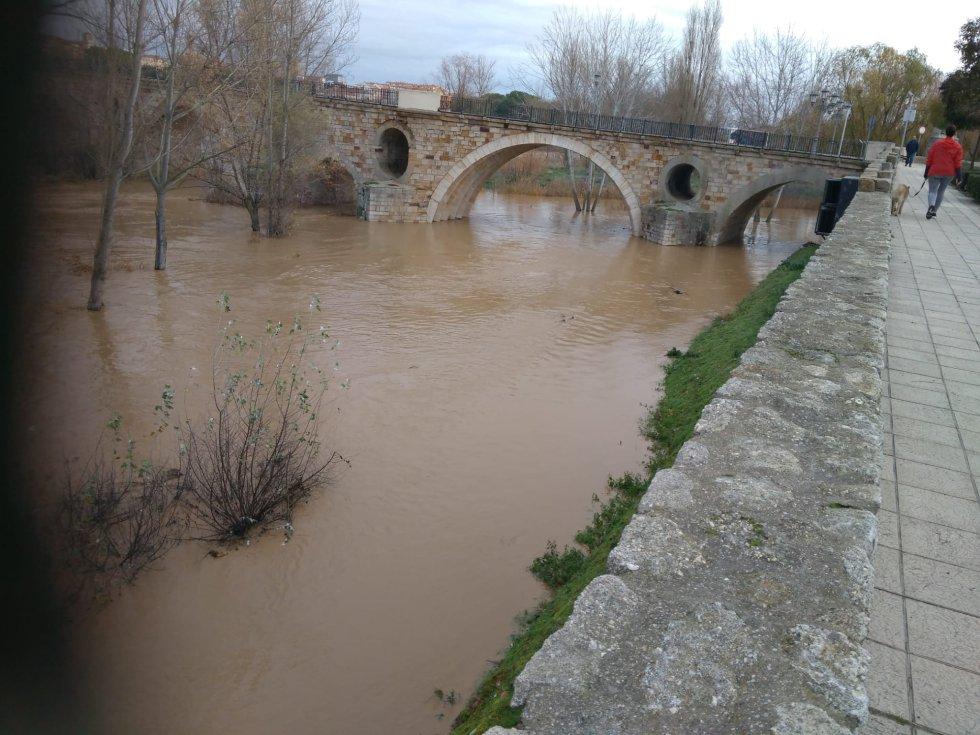 Uno de los ojos del Puente de Piedra cubierto de agua