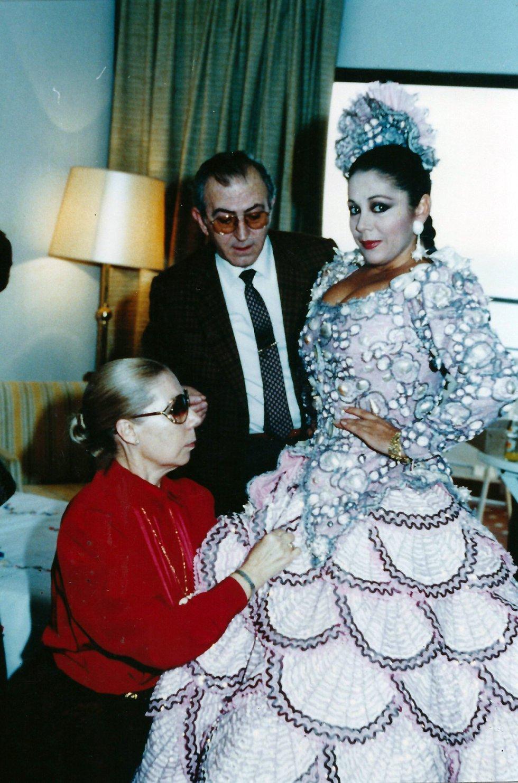 Lina y Francisco Montero le dan los últimos toques al traje de Isabel Pantoja en 1989
