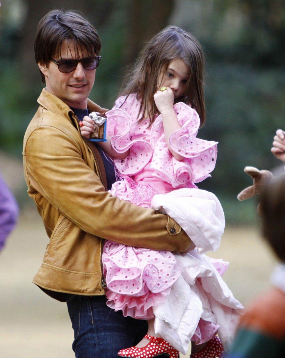 Tom Cruise con su hija Suri en brazos, vestida por Lina en su visita a Sevilla en 2009