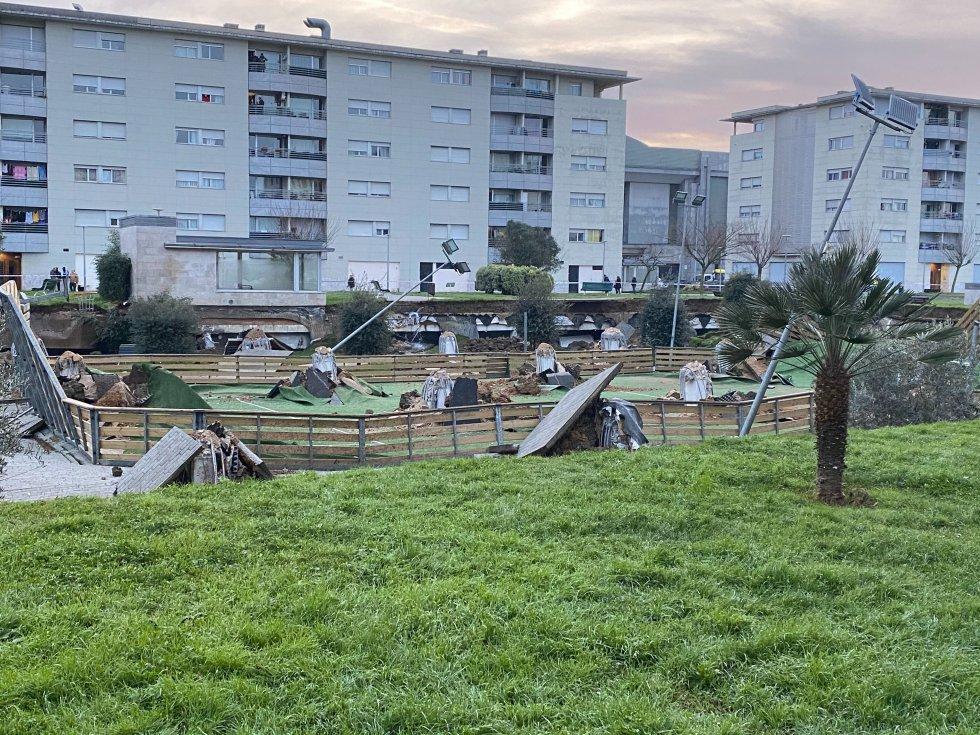 El parque infantil afectado está en el barrio de Nueva Montaña, en Santander. El forjado de un aparcamiento privado, frente al centro comercial de El Corte Inglés, se ha desplomado.