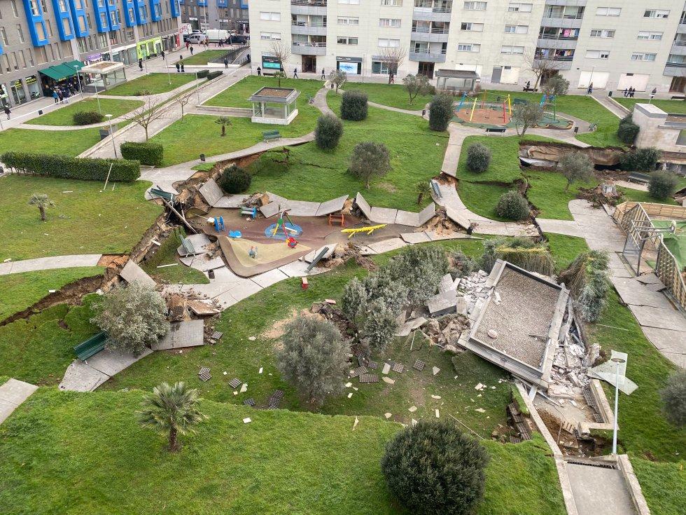 El desplome del forjado del aparcamiento privado se ha producido a las 6.30 horas y se han desplazado al lugar Policía Nacional, Policía Local, Bomberos de Santander, efectivos del Centro de Coordinación de Emergencias de Cantabria 112 y del 061, entre otros.
