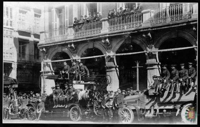 Exhibición de los bomberos en la década de 1910 frente al ya desaparecido Hotel Moderno
