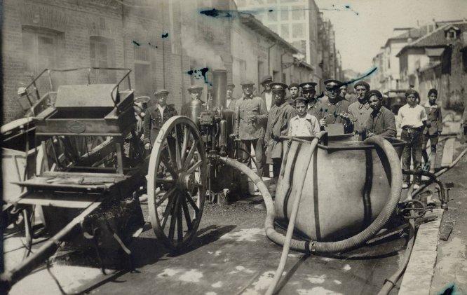 Equipo de bomberos en una calle de Valladolid en una imagen captada en los años 20 del siglo pasado