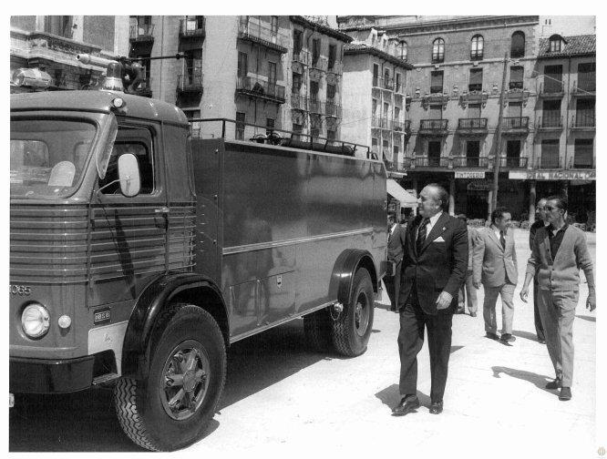 El alcalde de Valladolid examina, en 1973, un camión Pegaso adquirido para el Servicio de Extinción