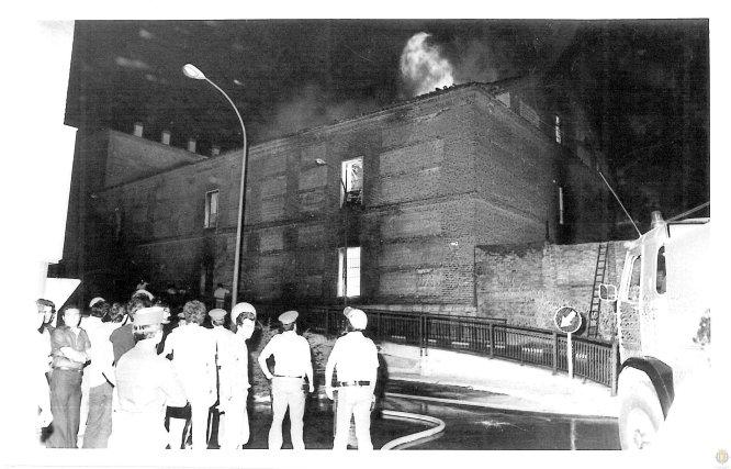 Tareas de extinción del incendio que afectó, en 1979, al actual Palacio de Congresos Conde Ansúrez