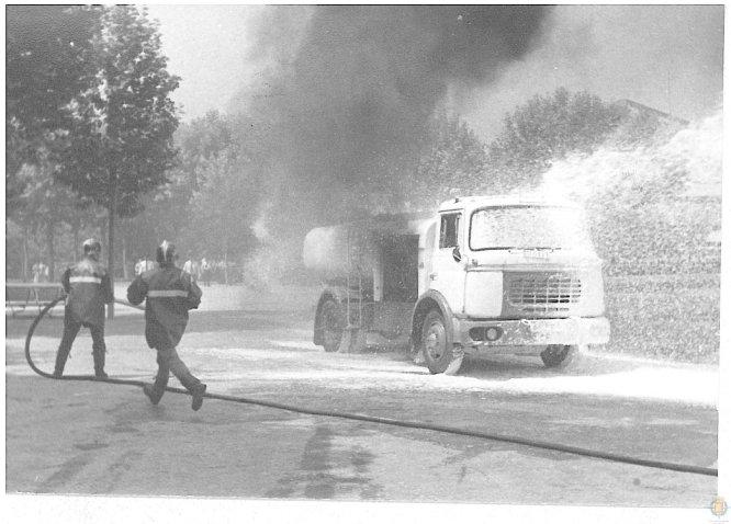 Los bomberos extinguen el incendio de un camión
