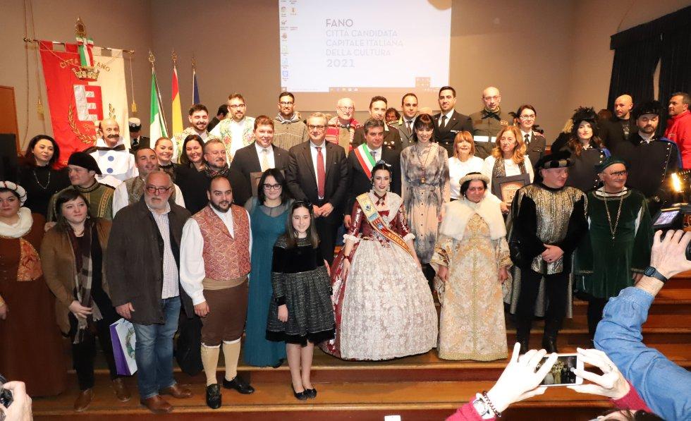 Foto de familia tras la firma del hermanamiento