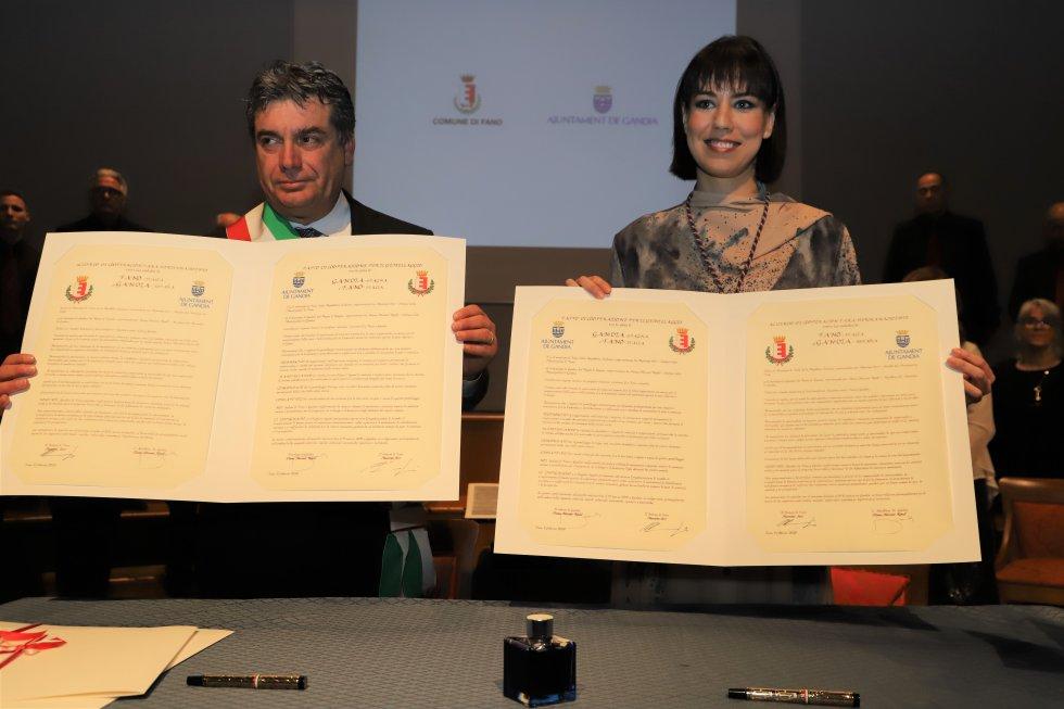 Los alcaldes de Fano y Gandia tras la firma del hermanamiento
