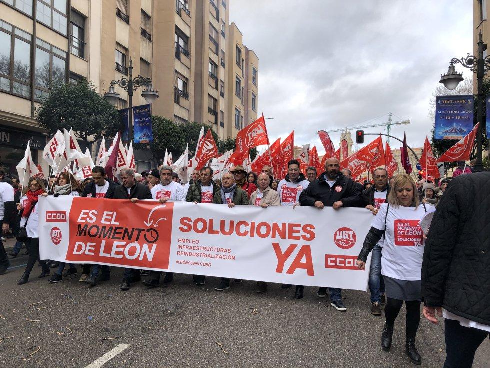 Cabecera de la protesta con la pancarta de los sindicatos
