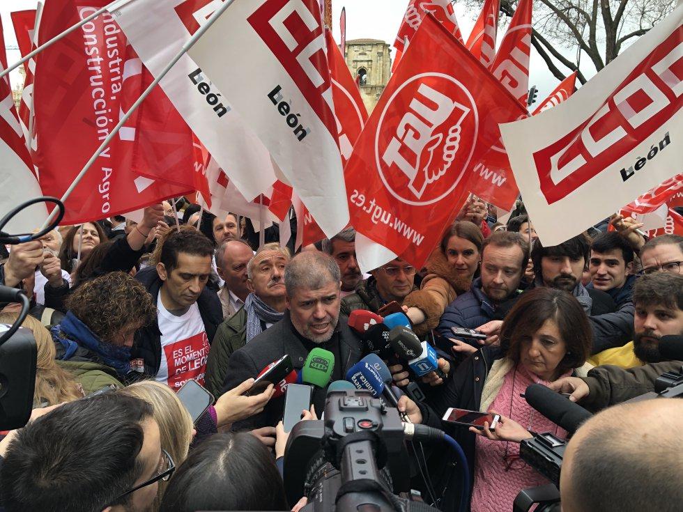 Los sindicatos promotores de la marcha atediendo a los emdios de comunicación