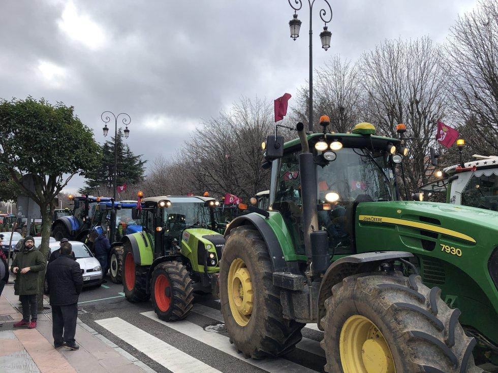 Una tractorada ha recorrido las calles de León una hora antes del inicio de la marcha