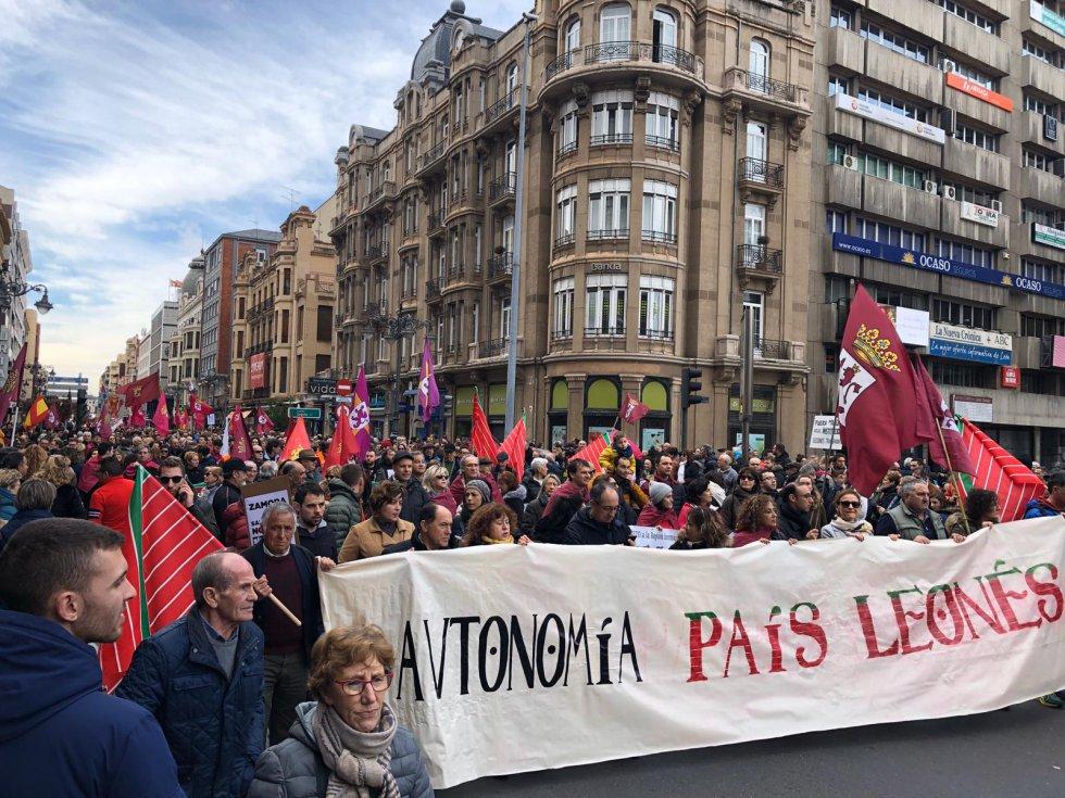 Fueron numerosas las pancartas pidiendo una autonomía propia