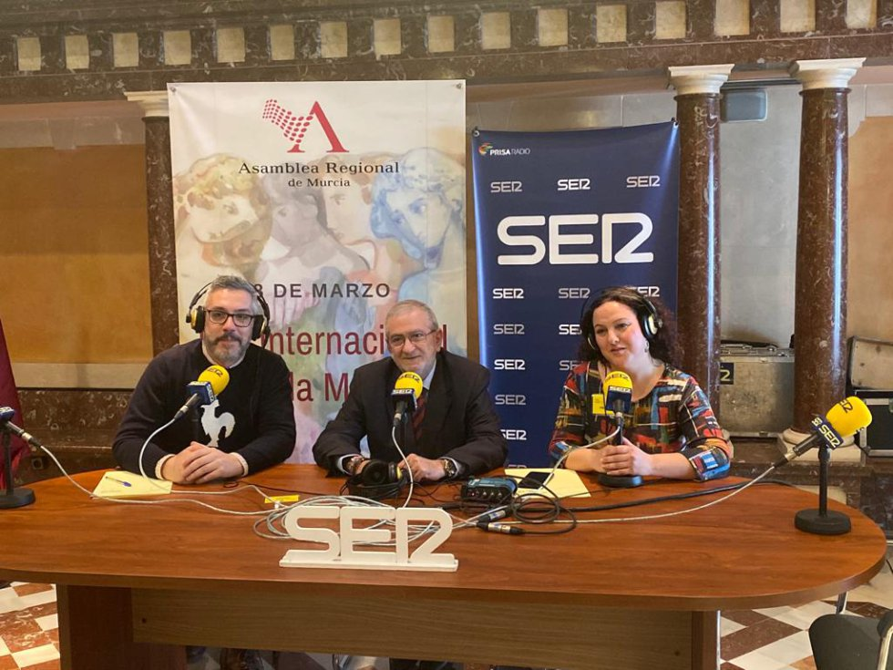 El presidente de la Asamblea Regional, Alberto Castillo, con Paco Sánchez y Maica Sánchez antes de la entrevista