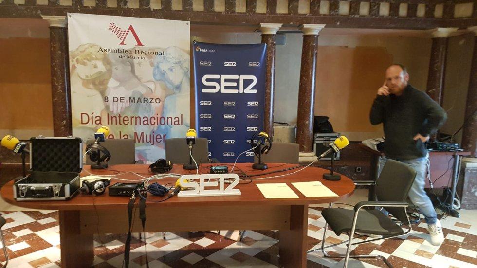 Nuestro técnico de Radio Cartagena, Pedro Egea, en el stand que hemos ubicado en el Patio de las Comarcas de la Asamblea Regional